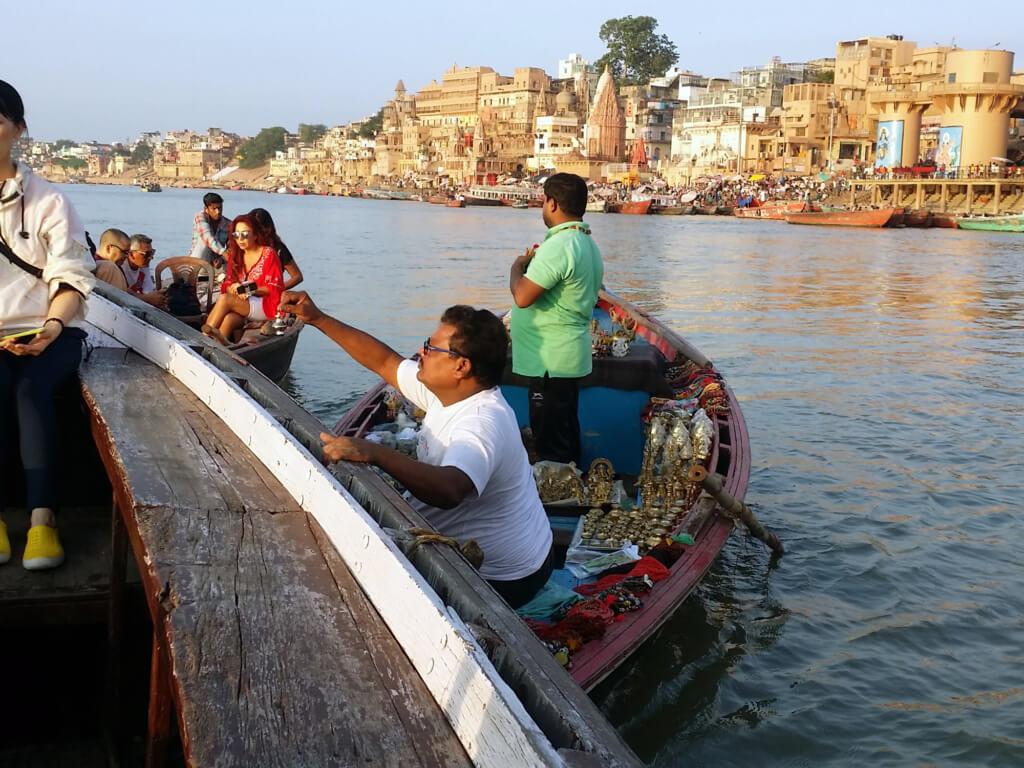 ガンガーで舟を寄せてきた商人さん
