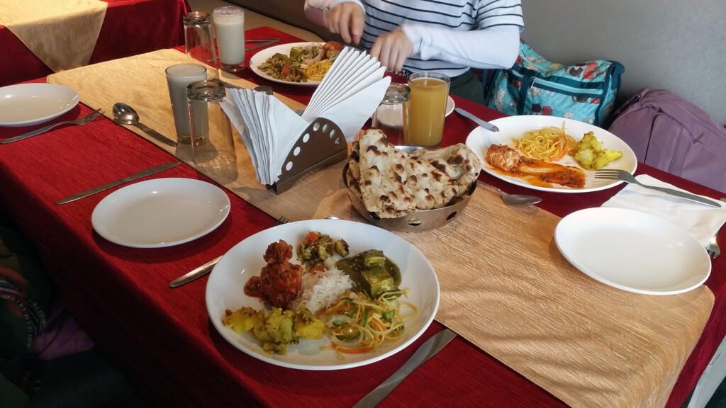 アグラのレストランで食べたビュッフェ形式のランチ