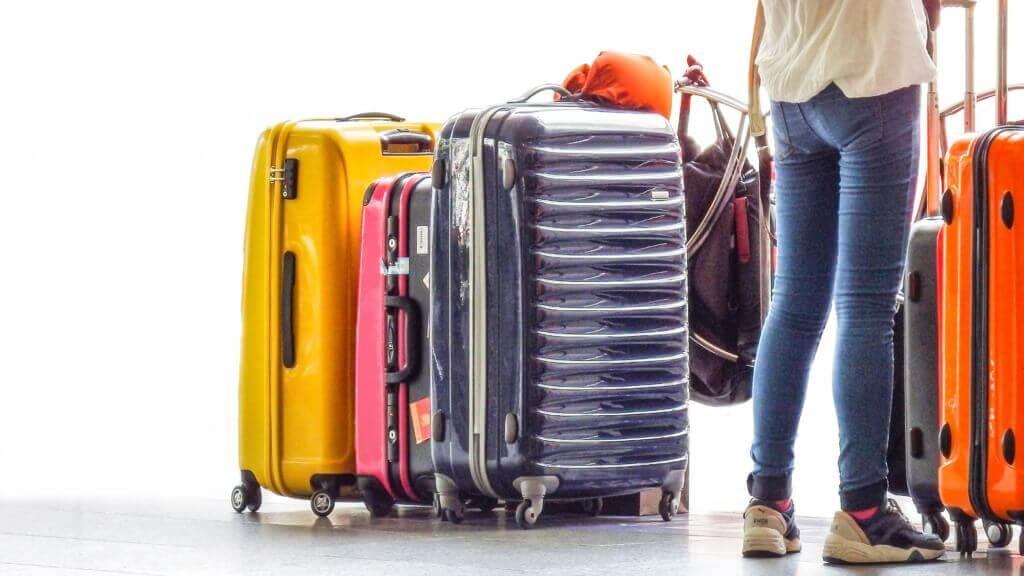 スーツケースと人の後ろ姿
