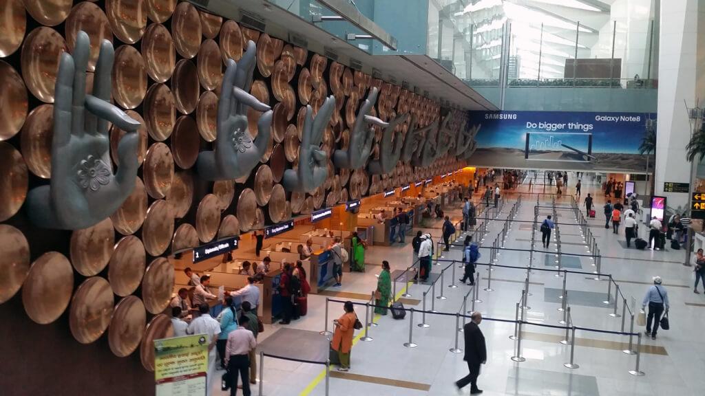 デリー空港の入国審査カウンター