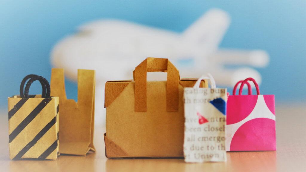 飛行機とお土産の紙袋