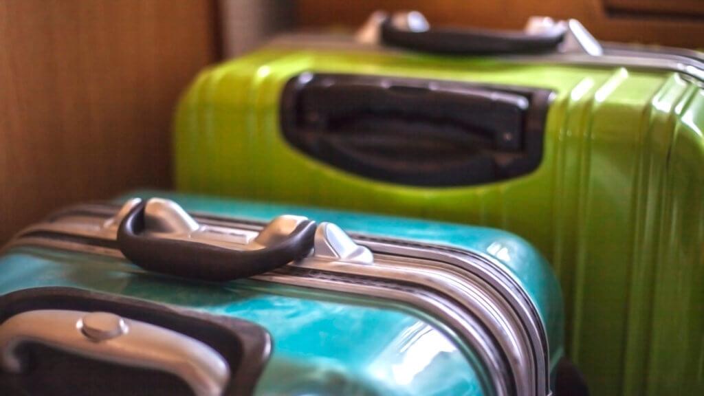 水色のスーツケースと黄緑のスーツケース