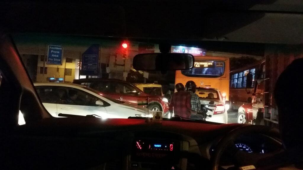 道路が大混雑している夜のニューデリー