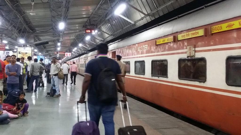 列車が到着した早朝のニューデリー駅