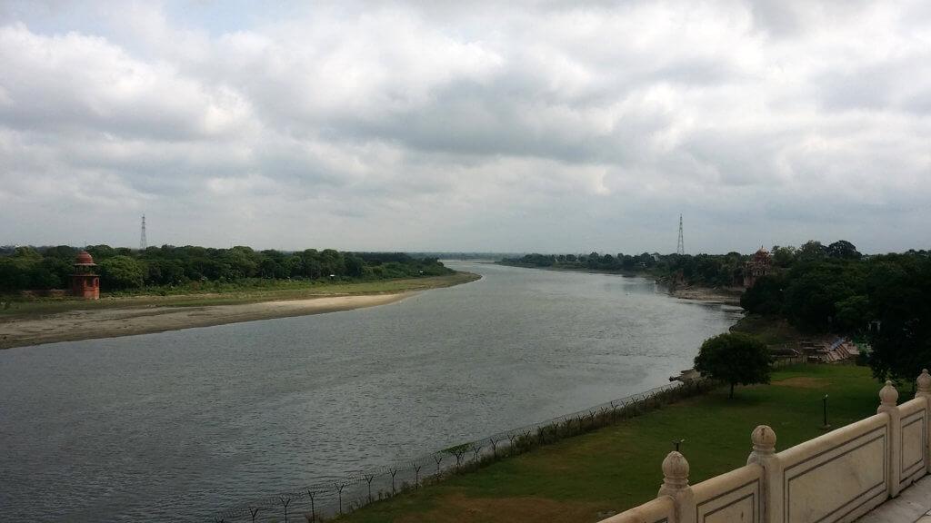 タージ・マハルの背後を流れるヤムナー川