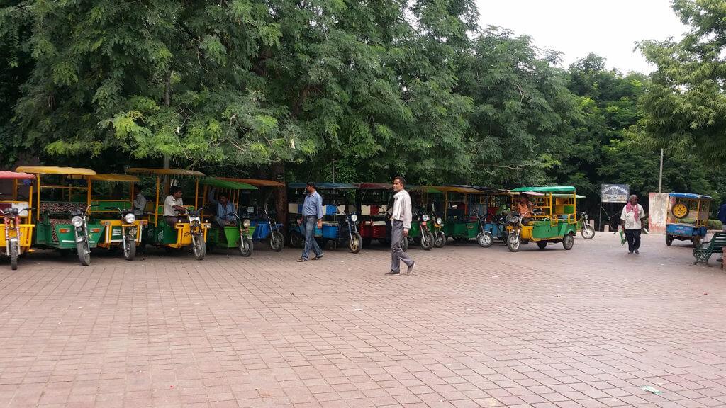 タージ・マハルの西門と一般道路を結ぶリクシャーの列