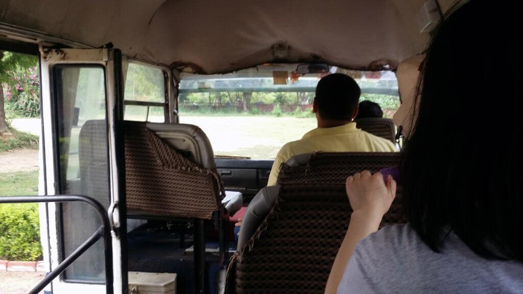 ファテープル・シークリーの敷地内を走るバス