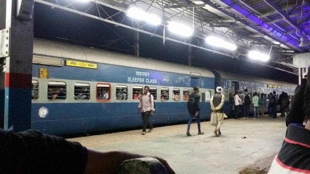 ツンドラ駅に停まる寝台列車