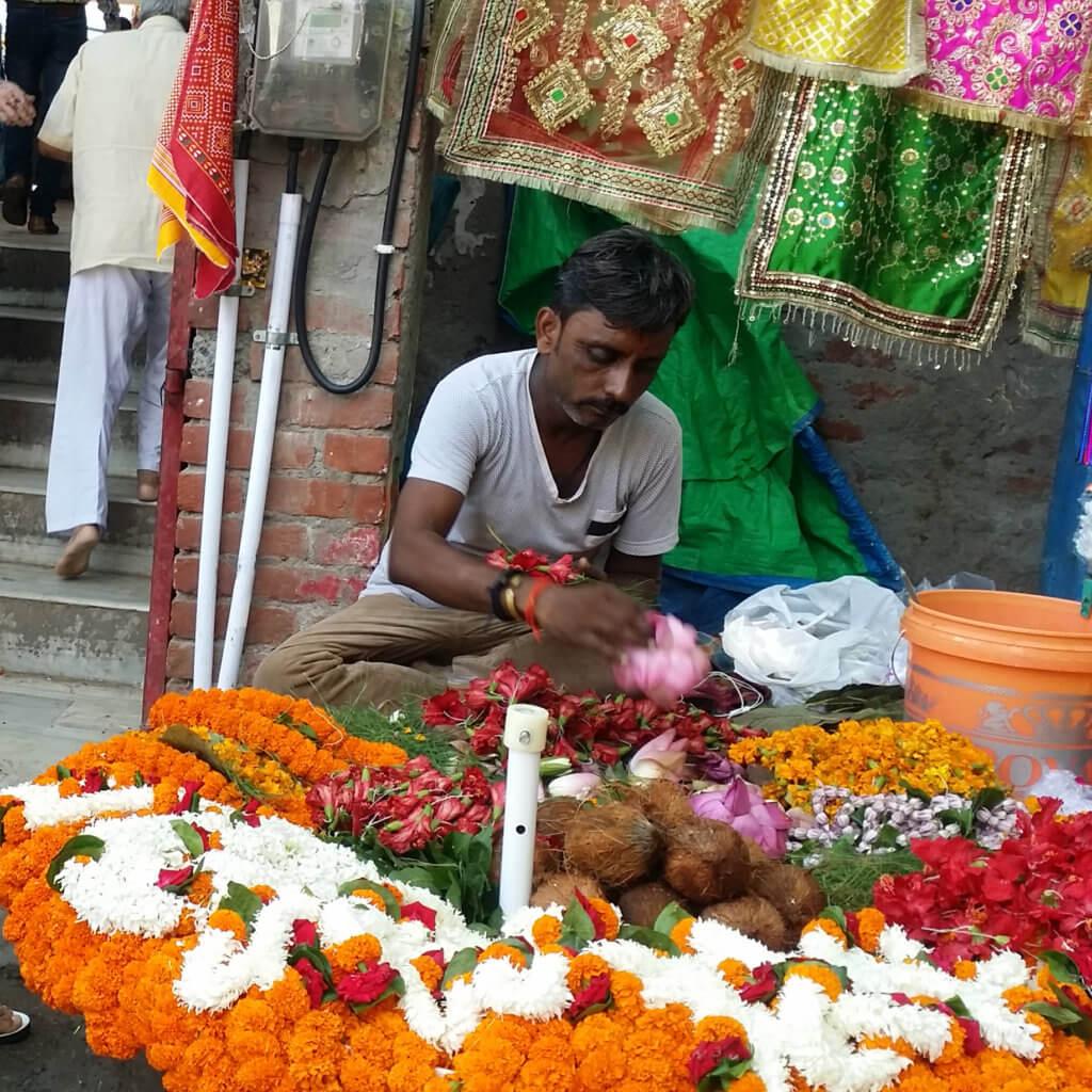 ドゥルガー寺院前でお供えの花を売る商人さん
