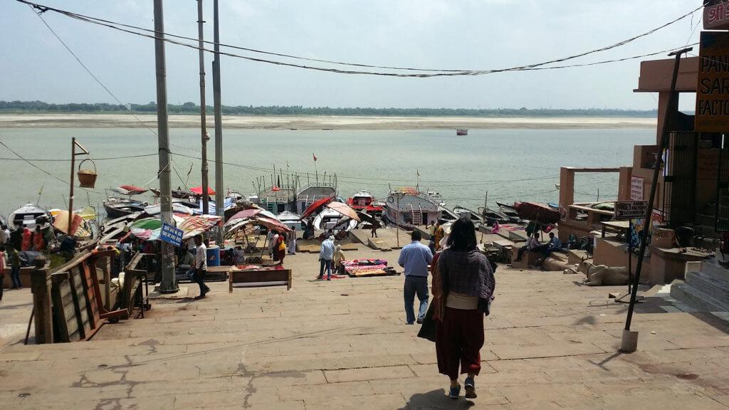 ダシャーシュワメード・ガートからガンガーへ降りる風景