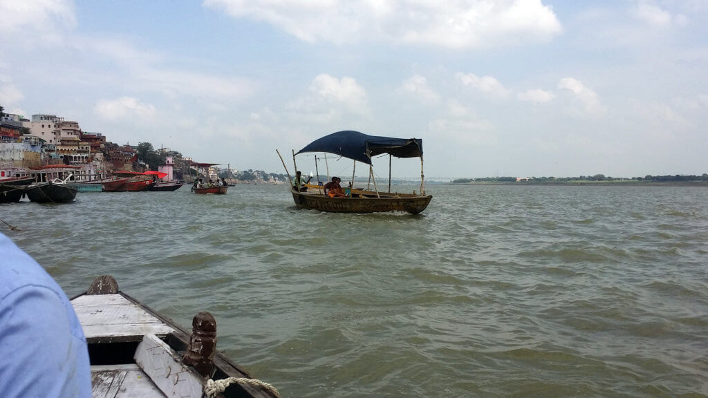 ガンガーを進む屋根付きの船