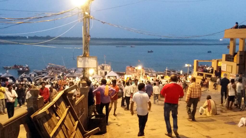 ダシャーシュワメード・ガートから夕暮れのガンガーを望む