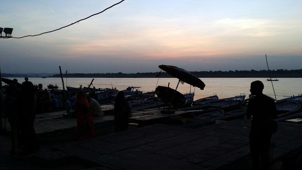 日の出前の船着場とガンガー