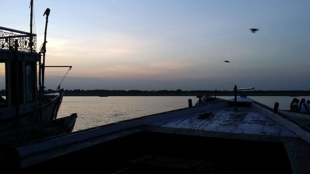日の出を見にガンガーに漕ぎ出すところ