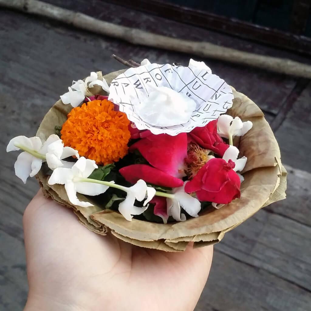 ガンガーに供えるためのお花