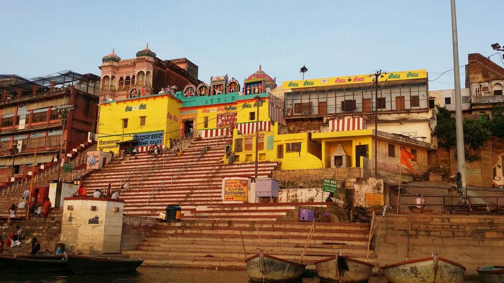 朝日を浴びるガンガー沿岸の黄色い建物