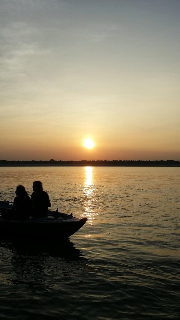 ガンガーの日の出と船のシルエット