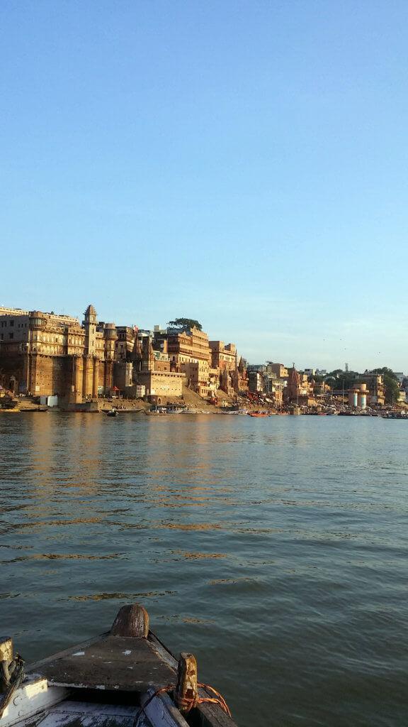 朝のガンガー沿岸と船の風景