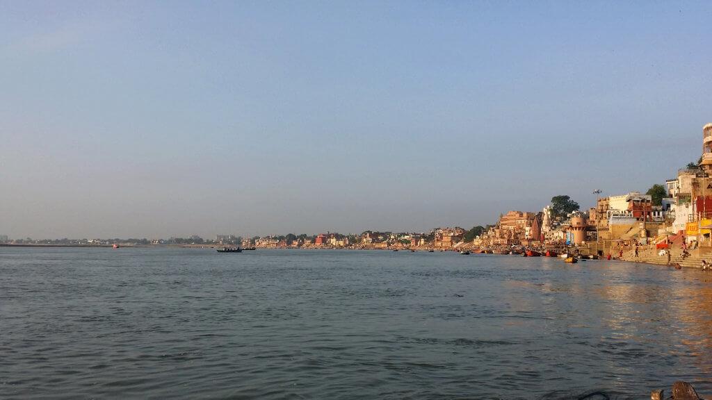 朝のガンガー沿岸の風景