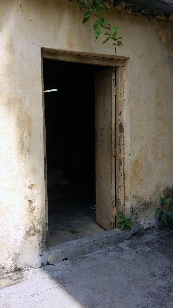 ヴァーラーナシーの絹織物工場の入口