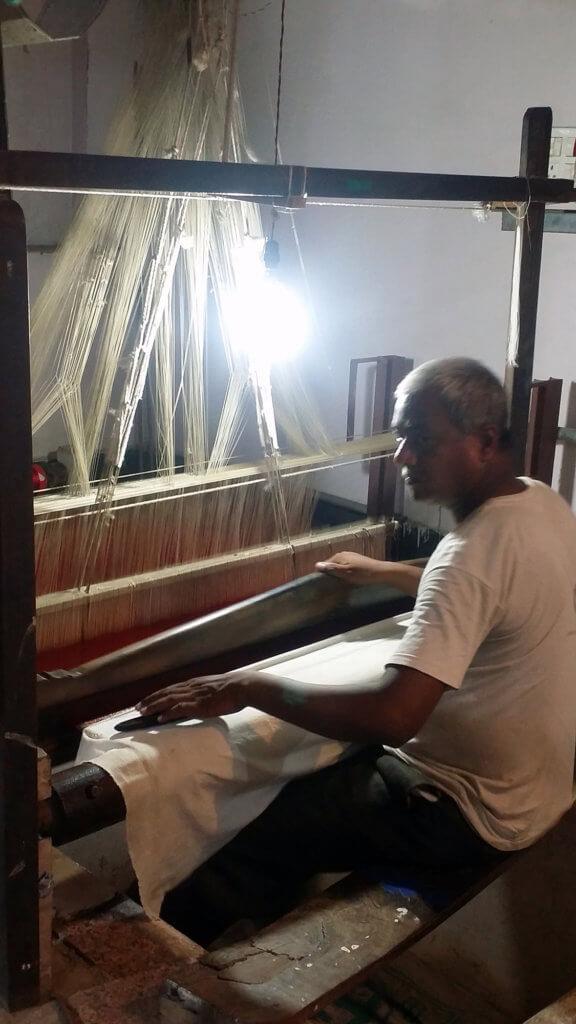 ヴァーラーナシーの絹織物工場で作業している職人さん