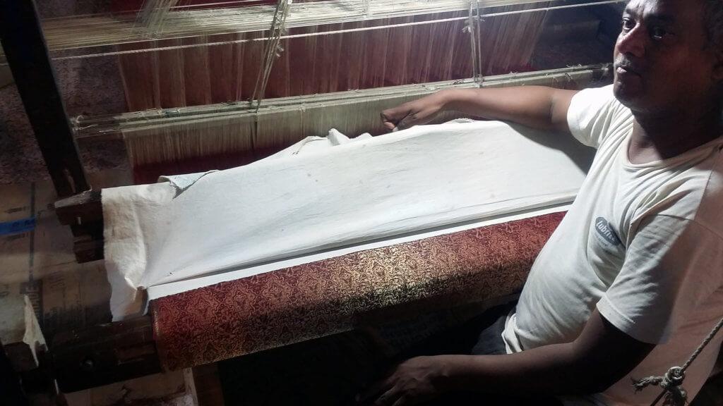 ヴァーラーナシーの絹織物工場で作業の様子を見せてくれる職人さん