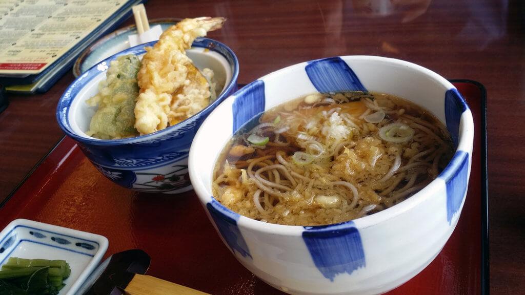 帰国後に成田空港で食べた蕎麦と天丼